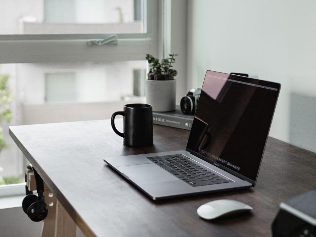 Fotografía ordenador en mesa de teletrabajo